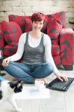 Frau, die am zeitgenössischen Haus arbeitet Lizenzfreies Stockbild