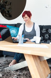 Frau, die am zeitgenössischen Haus arbeitet Lizenzfreies Stockfoto