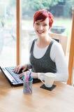 Frau, die am zeitgenössischen Haus arbeitet Lizenzfreie Stockfotos