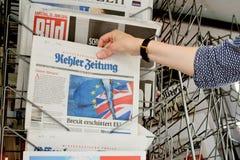 Frau, die Zeitung Kehler Zeitung mit schockierender Schlagzeile AB kauft Stockfotos