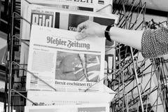Frau, die Zeitung Kehler Zeitung mit schockierender Schlagzeile AB kauft Stockbild