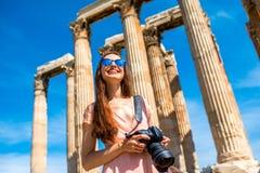 Frau, die Zeus-Tempel in der Akropolise fotografiert Stockbild