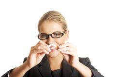 Frau, die Zigarette bricht, um zu rauchen aufzuhören Stockbild