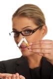 Frau, die Zigarette bricht, um zu rauchen aufzuhören Stockfotos