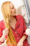 Frau, die Zopf auf blondem Haar tut Stockbilder