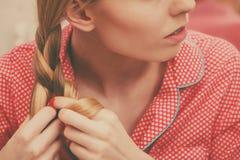 Frau, die Zopf auf blondem Haar tut Lizenzfreie Stockfotografie