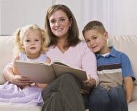 Frau, die zu den Kindern liest Stockfoto