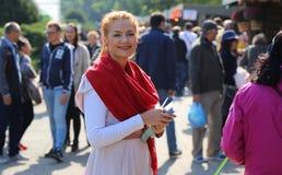 Frau, die zu den Tagen von Bukarest-Feier lächelt