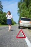 Frau, die zu einer Autounterstützung nach Zusammenbruch nennt lizenzfreies stockbild