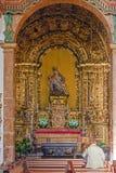 Frau, die zu einer Pietastatue im Sao Bento-Kloster betet Stockbild