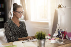Frau, die zu Hause arbeitet stockfoto
