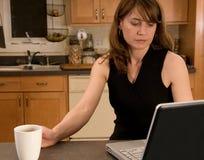 Frau, die zu Hause arbeitet Lizenzfreie Stockfotografie