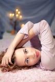 Frau, die zu Hause auf ihrem Bett schläft stockfotografie