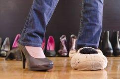 Frau, die zu Hause auf Schuhen versucht Lizenzfreie Stockfotografie