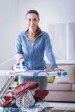 Frau, die zu Hause bügelt lizenzfreie stockfotos