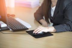 Frau, die zu Hause Bürohand auf Tastaturabschluß oben bearbeitet Lizenzfreie Stockfotos