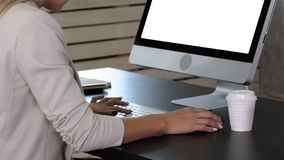 Frau, die zu Hause Bürohand auf Tastaturabschluß oben bearbeitet Weiße Bildschirmanzeige lizenzfreies stockfoto