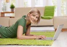 Frau, die zu Hause das Internet surft Stockbild