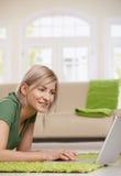 Frau, die zu Hause das Internet surft Stockfotografie