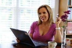 Frau, die zu Hause Geschäft bearbeitet Lizenzfreie Stockfotografie