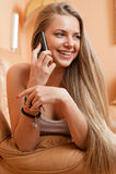 Frau, die zu Hause am Handy spricht Stockfotografie