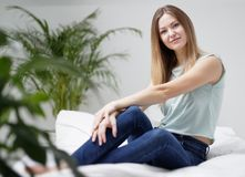 Frau, die zu Hause Kamera betrachtet Stockfotos