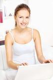 Frau, die zu Hause an Laptop arbeitet Stockbilder