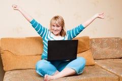 Frau, die zu Hause mit dem Laptop arbeitet Stockbild