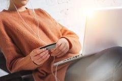 Frau, die zu Hause mit Laptop und Kreditkarte sitzt Lizenzfreies Stockfoto
