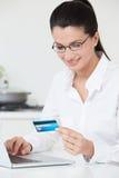 Frau, die zu Hause Onlinekauf abschließt Stockfotos