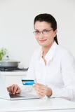 Frau, die zu Hause Onlinekauf abschließt Lizenzfreie Stockbilder