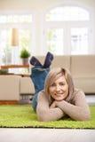 Frau, die zu Hause stillsteht Lizenzfreie Stockfotos
