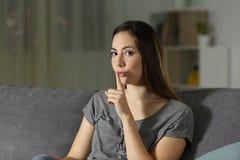 Frau, die zu Hause um Ruhe in der Nacht bittet stockbilder