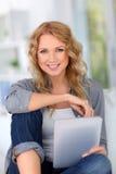 Frau, die zu Hause websurfing ist Lizenzfreies Stockfoto
