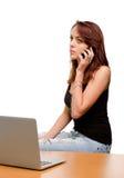 Frau, die zu ihrem Handy hört stockfotos