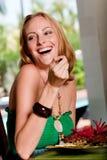 Frau, die zu Mittag isst Lizenzfreies Stockfoto