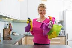 Frau, die zu spring cleaning fertig wird Stockbilder