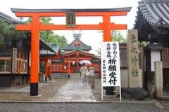 Frau, die zu Tempel Schrein Fushimi Inari, Kyoto, Japan geht stockfotografie
