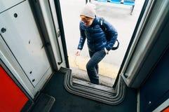 Frau, die in Zug einsteigt Stockbilder