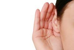 Frau, die zum Klatsch hört lizenzfreie stockbilder