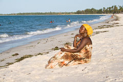 Frau, die zum Meer interessiert schaut Stockbild
