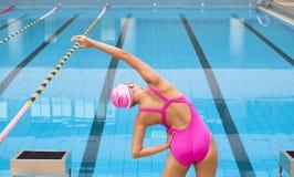 Frau, die zum Schwimmen ausdehnt und sich vorbereitet Stockfotografie
