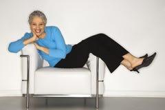 Frau, die zurück auf Stuhl liegt. Lizenzfreie Stockfotografie