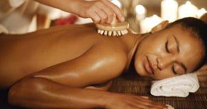 Frau, die zurück eine Massage sie genießt Stockfotos