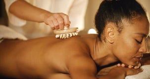 Frau, die zurück eine Massage sie genießt Stockfoto