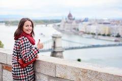 Frau, die zurück Kamera gegen das Ansicht Ungar-Parlament betrachtet Lizenzfreies Stockbild