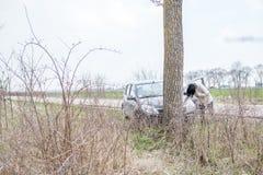 Frau, die zur Autounterstützung nennt lizenzfreie stockfotografie