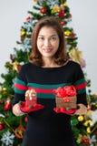 Frau, die zwei Geschenkboxen in den Händen, ein größer und in einem smalle hodling ist lizenzfreie stockfotos