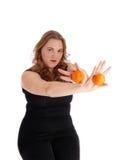 Frau, die zwei Orangen hält Stockfoto