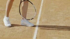 Frau dient Tennisball, bequeme Schuhe für aktiven Sport, Beine nah oben stock video footage